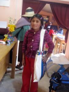 """""""Die Fundación Pueblo hat mir eine Tasche mit Schulmaterial geschenkt, damit ich zur Schule gehen kann."""" Die Stipendiatin Roxana Yapura Gaspar aus der Gemeinde Condorcuyo; sie geht in die Mittelpunktschule in Capunita"""