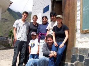 """""""In meinem Praktikum bei der Fundación Pueblo habe ich eine Studie zur Umsetzung von Gemeindeinvestitionen in Yanacachi gemacht. Das war ein nützlicher Beitrag für das Programm """"Acceso Público"""" und Grundlage für meine Diplomarbeit."""" Nami Uepping (1. v. r.), Freiwillige 2005"""