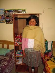 """""""Die Schülerpension hat mir ein Bett und einen Kleiderschrank gegeben, damit es mir gut geht und ich zur Schule zum Lernen gehen kann."""" Die Stipendiatin Giovana Flores Toco aus der Gemeinde Chiru Chiru; sie geht in die Mittelpunktschule in Uyuni."""