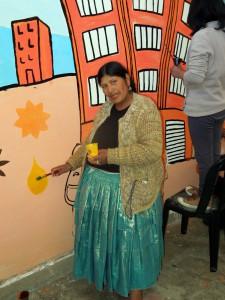 """""""Estoy feliz de haber venido a aprender cómo hacer un mural"""" Eli Huanca, líder del sindicato de mujeres constructoras, en un taller de la Fundación Pueblo"""